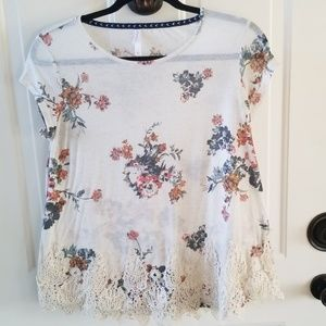 Sweet floral top w/lace trim size Large